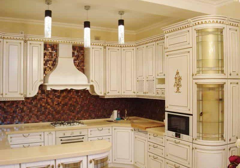 Угловая белая кухня с поталью золото