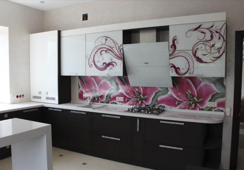 Угловая белая кухня с рисунком