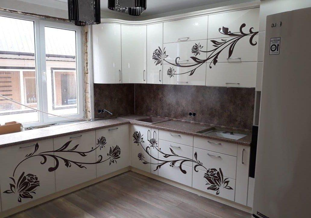 Угловая белая кухня с рисунком под окно