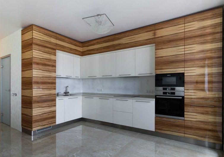 Угловая белая кухня с шпоном дерева