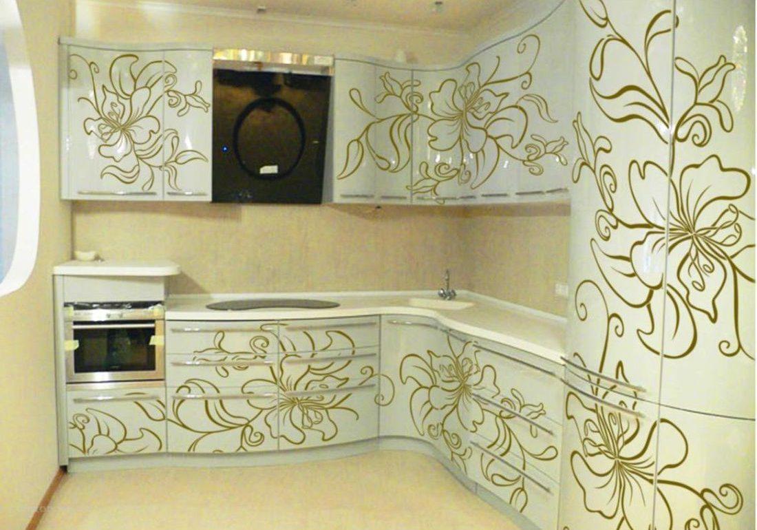 Угловая белая кухня с золотистым рисунком, глянец
