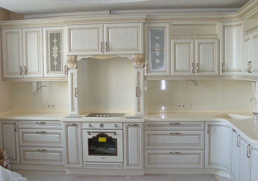 Угловая белая кухня с золотой патиной, барокко, классика