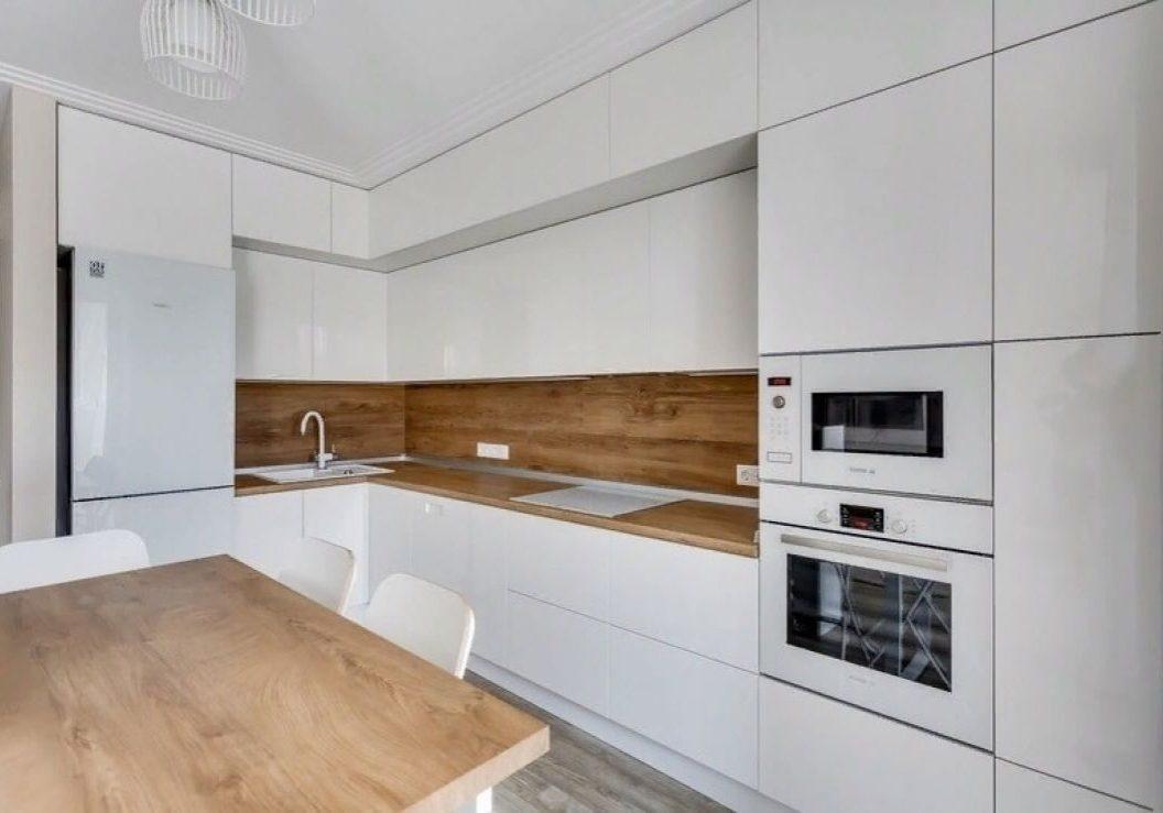 Угловая белая матовая кухня с деревом