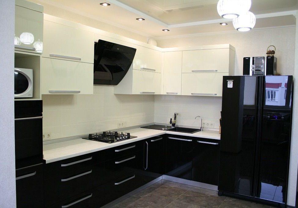 Угловая бело-черная глянцевая кухня