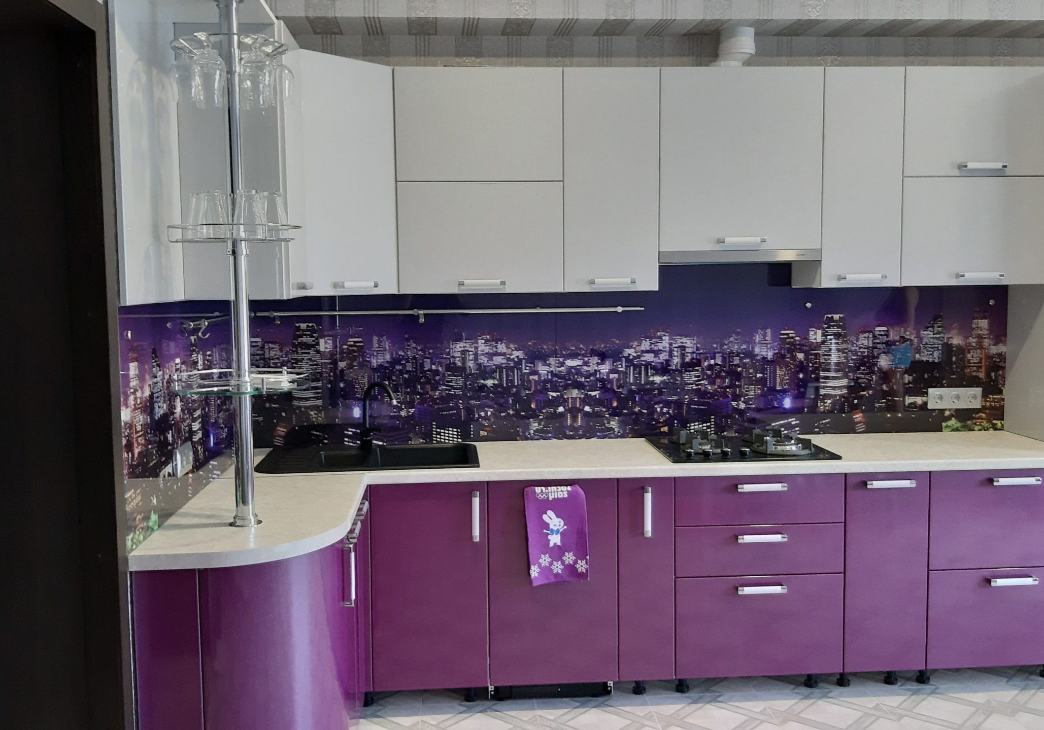Угловая бело-фиолетовая кухня с барной стойкой