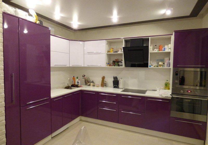 Угловая бело-фиолетовая кухня с открытыми полками
