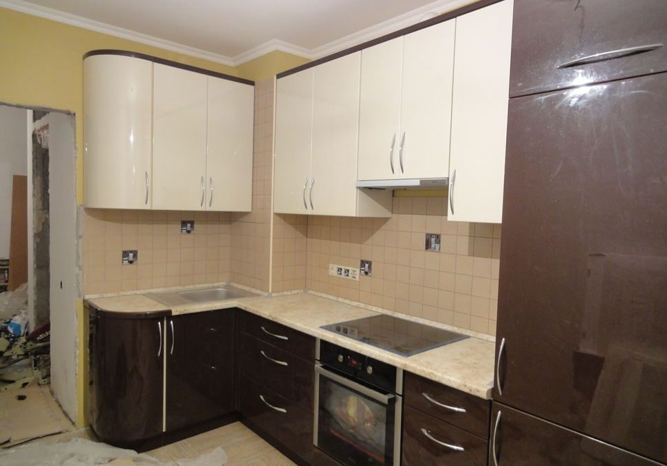 Угловая бело-коричневая кухня глянцевый МДФ