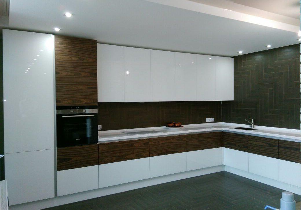 Угловая бело-коричневая кухня глянец МДФ эмаль с деревом