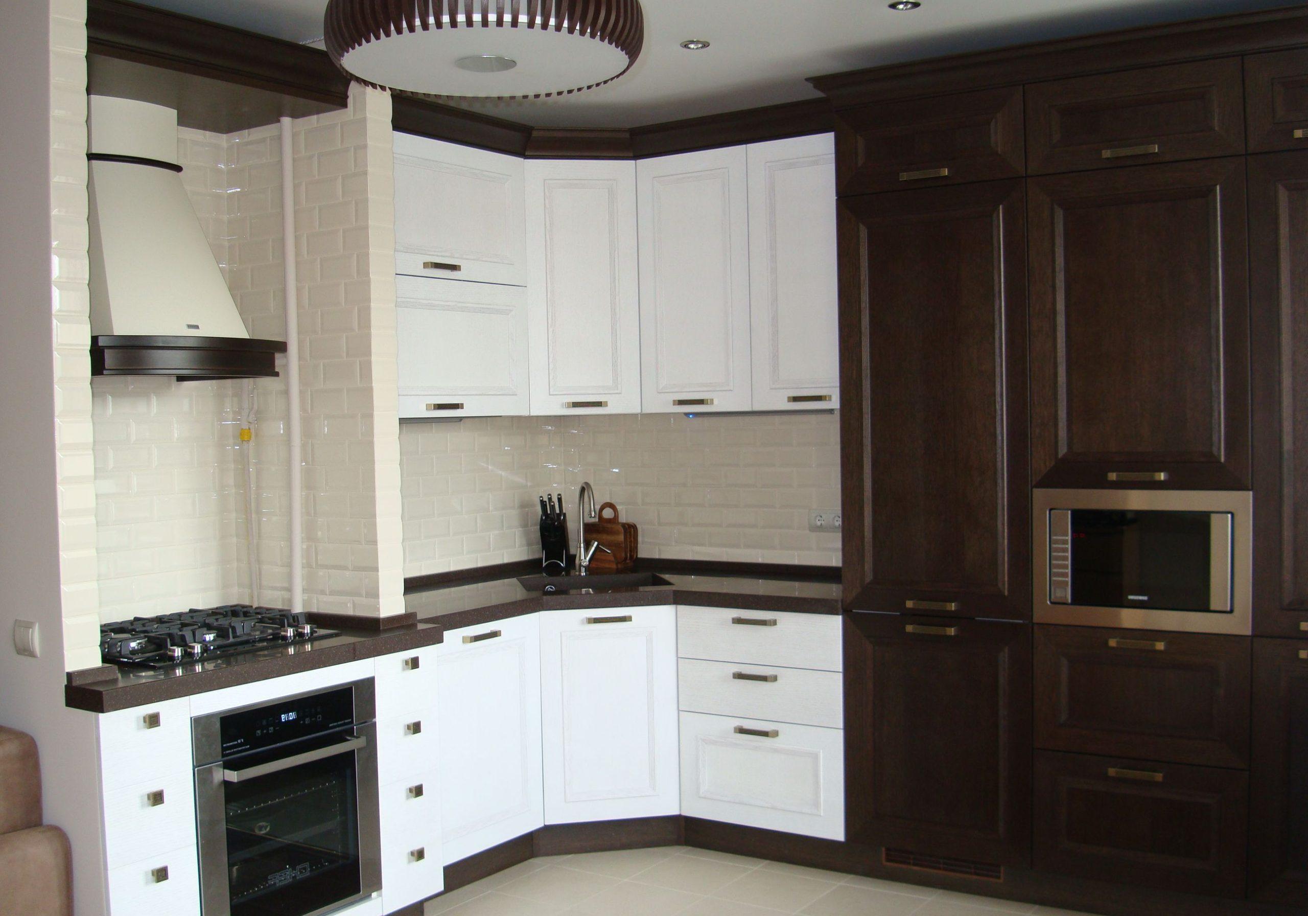 Угловая бело-коричневая кухня из дерева, классика, модерн