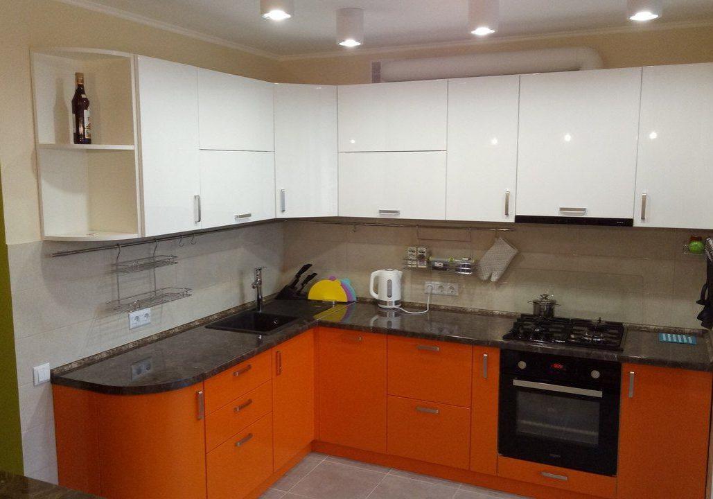 Угловая бело-оранжевая кухня глянец