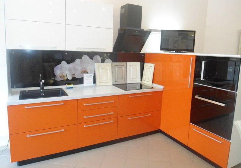 угловая бело-оранжевая кухня глянец МДФ эмаль маленькая