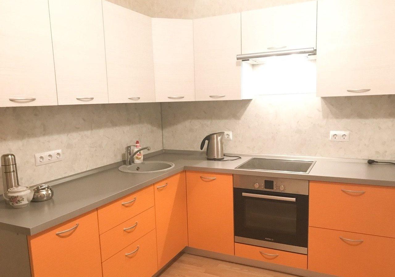 угловая бело-оранжевая кухня матовая МДФ эмаль