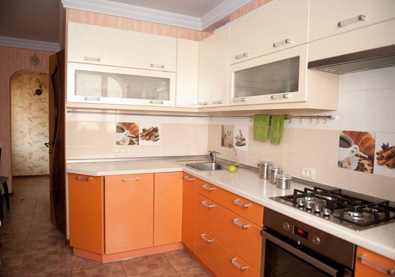 Угловая бело-оранжевая кухня МДФ пленка