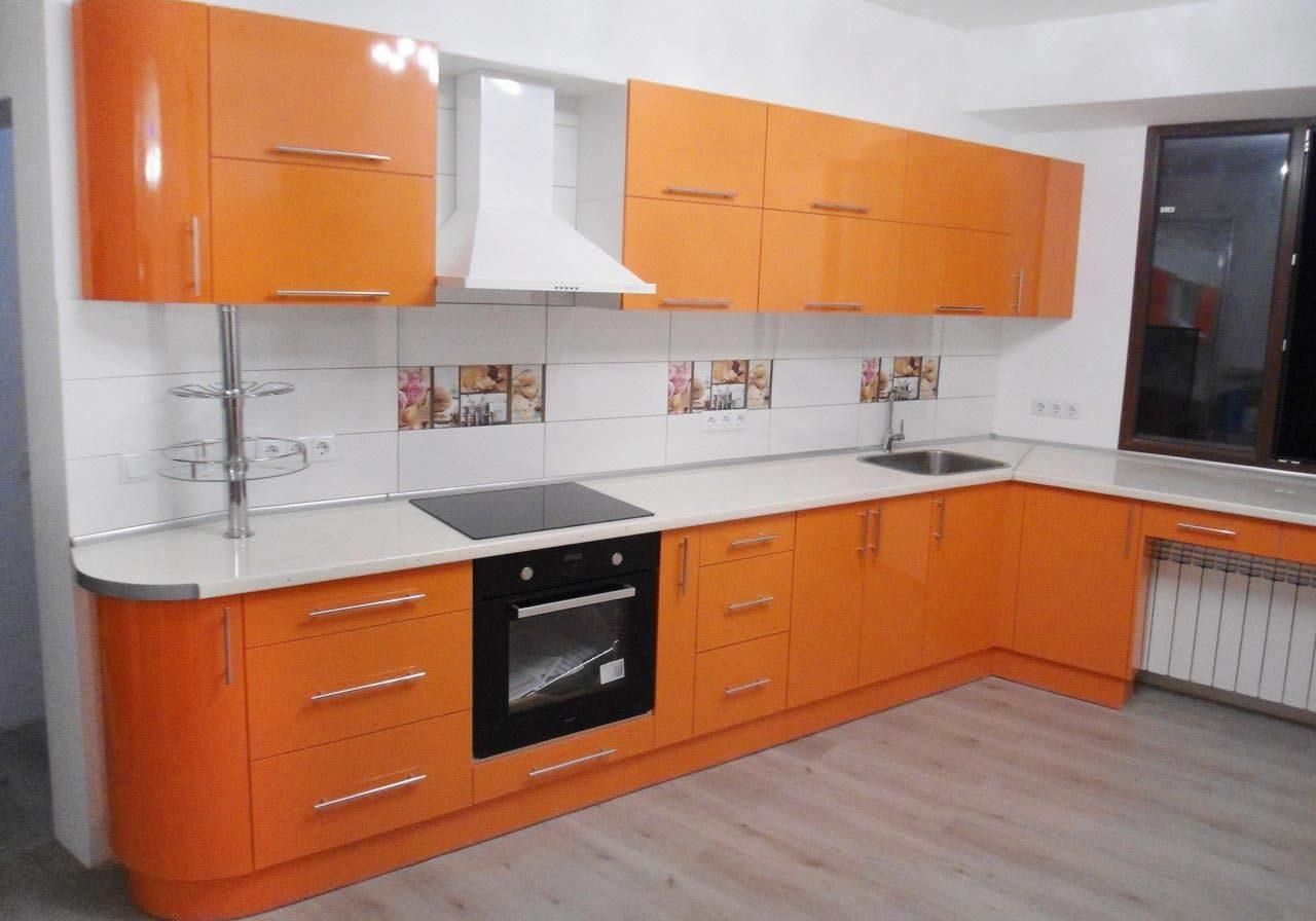 Угловая бело-оранжевая кухня под окно с барной стойкой глянец
