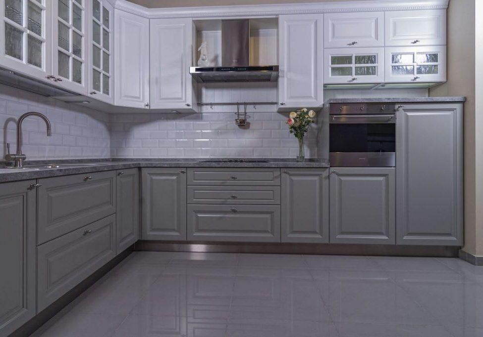 Угловая бело-серая кухня модерн, классика, матовая
