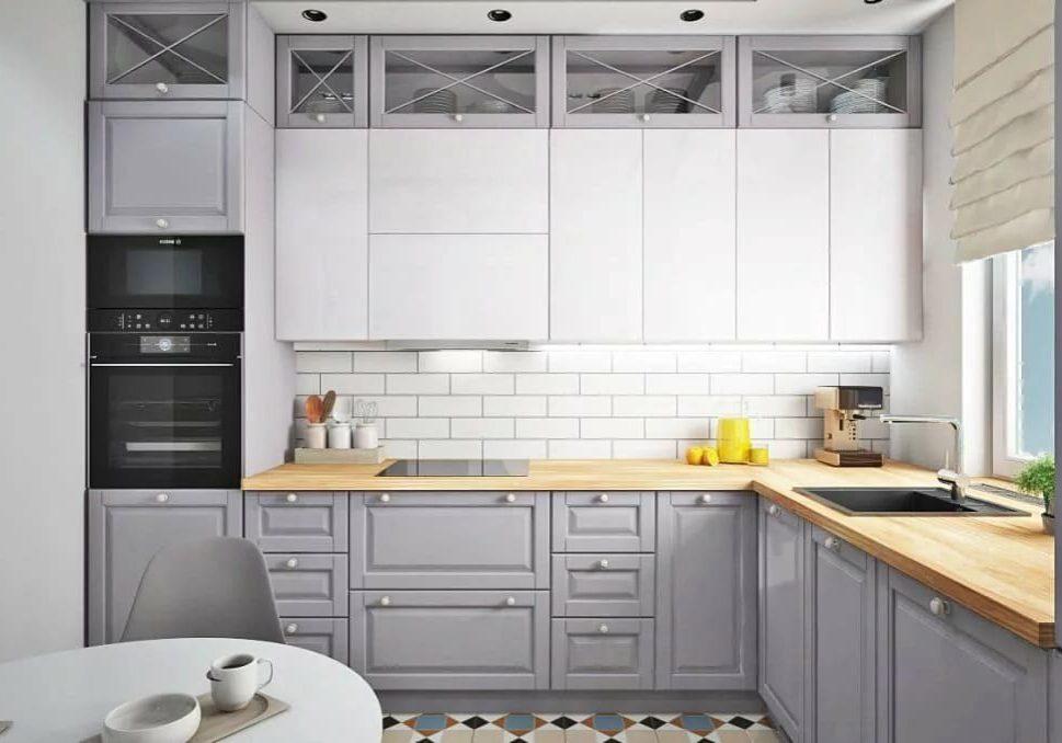 Угловая бело-серая кухня под окно, модерн
