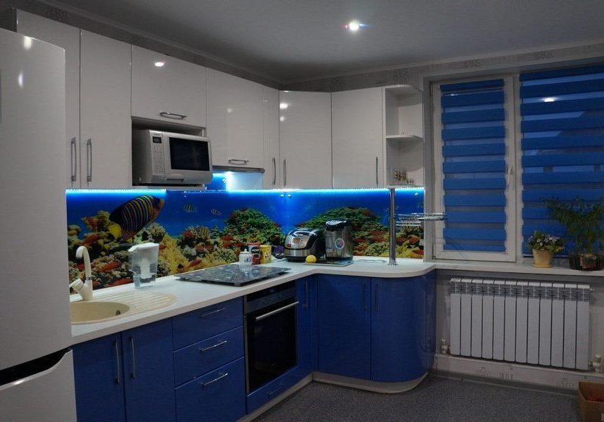 Угловая бело-синяя кухня глянец из МДФ