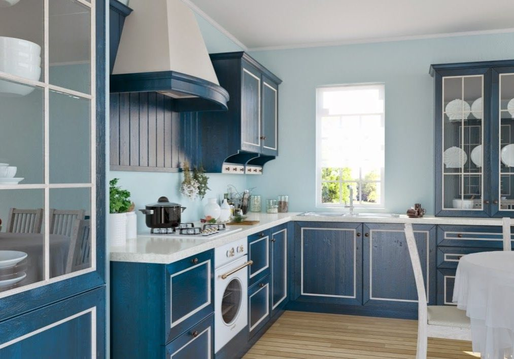 Угловая бело-синяя кухня из дерева под окно