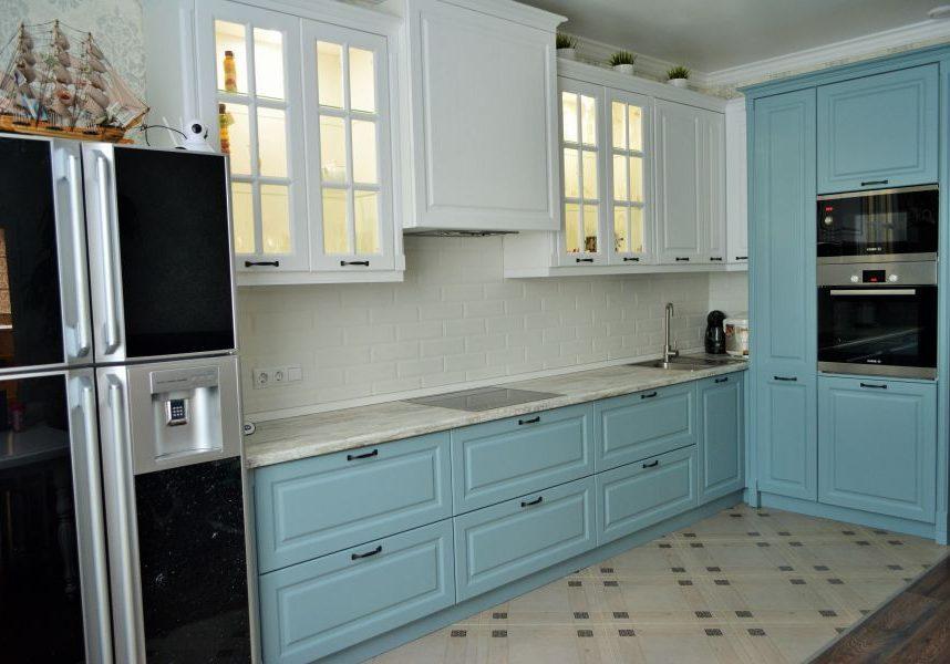 Угловая бело-синяя кухня модерн, матовая, нежно голубая