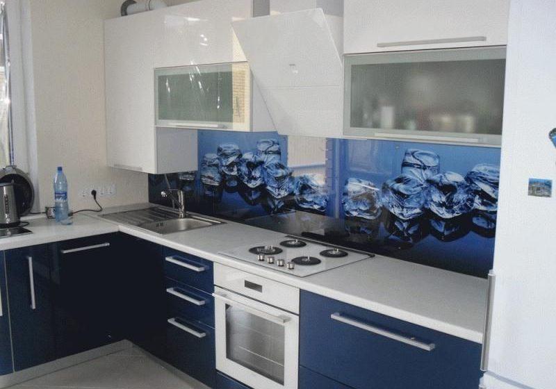 Угловая бело-синяя кухня под окно