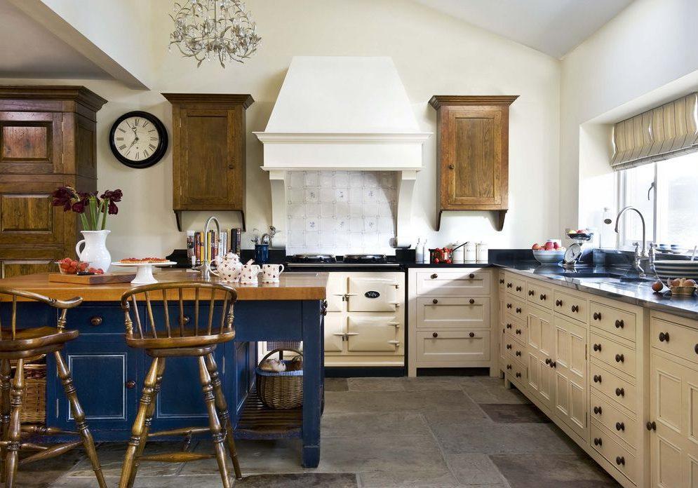 Угловая бело-синяя кухня под окно с деревом, прованс, кантри