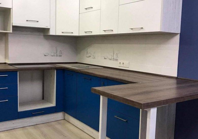 Угловая бело-синяя кухня с барной стойкой с деревом, матовая