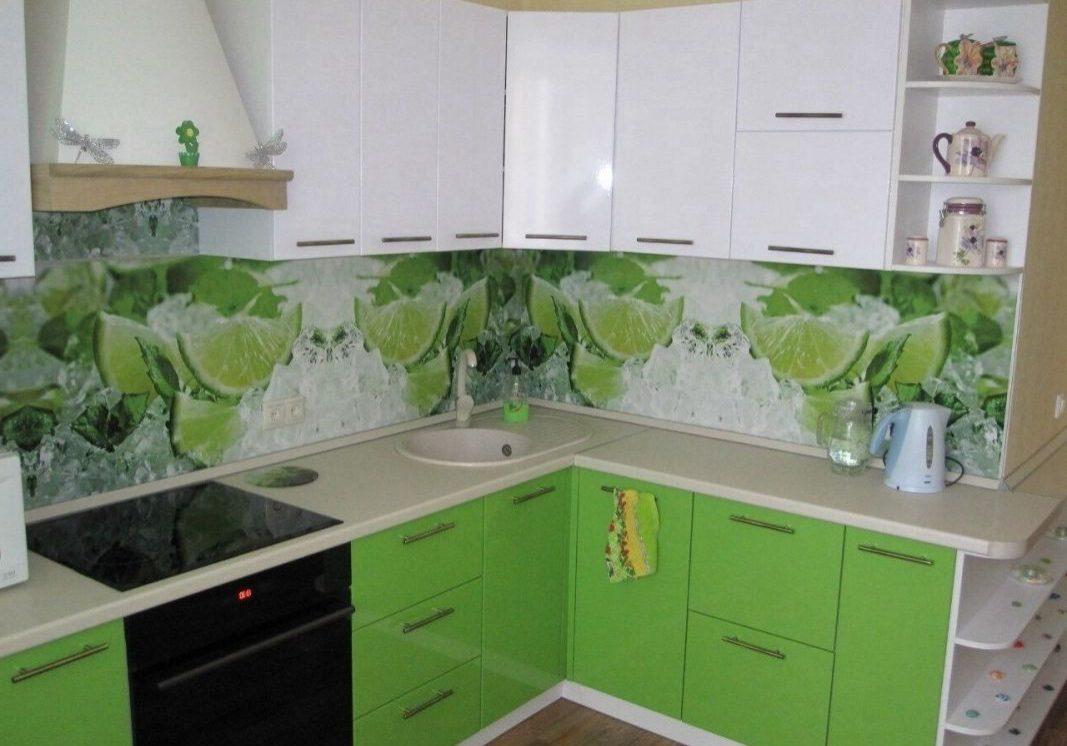 Угловая бело-зеленая кухня МДФ пленка с скинали