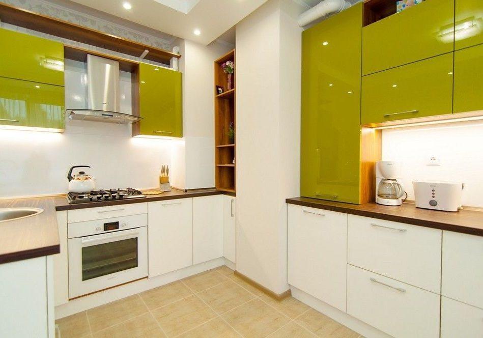Угловая бело-зеленая кухня с деревом, фасады пластик фисташковый