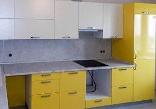 Угловая бело-желтая кухня глянец