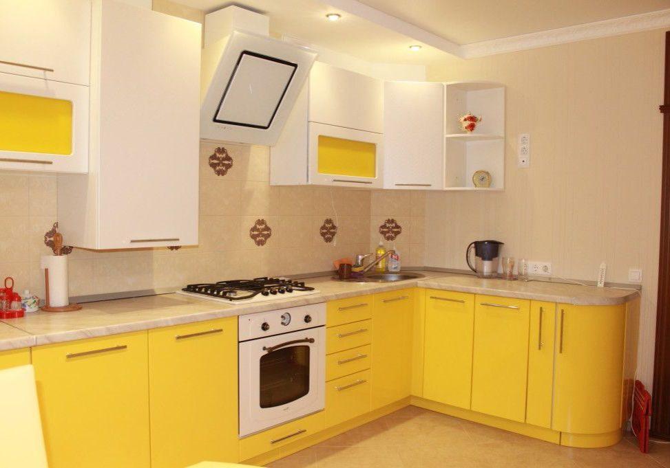 Угловая бело-желтая кухня, матовая