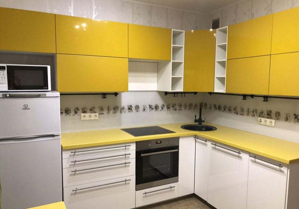 Угловая бело-желтая кухня МДФ пленка, глянец