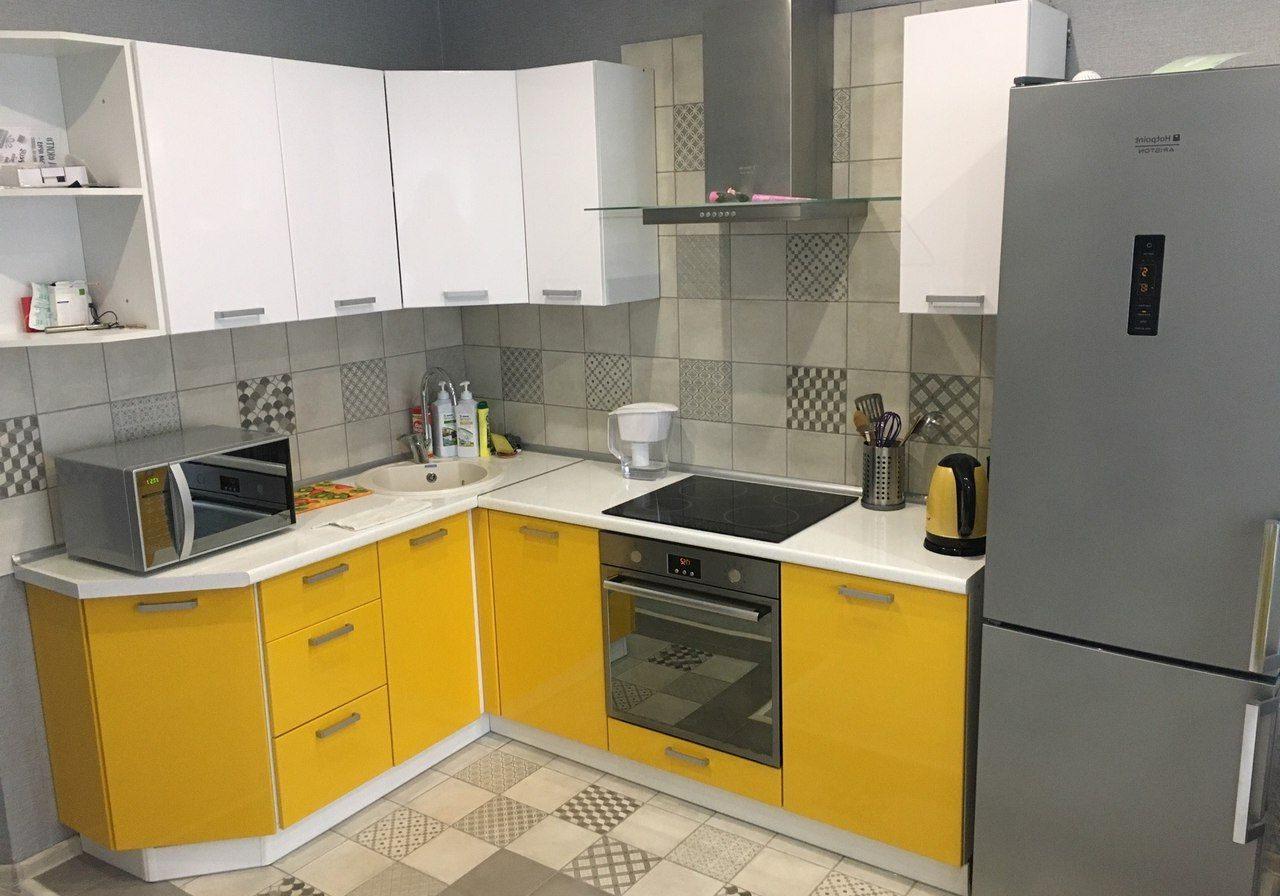 Угловая бело-желтая кухня МДФ пленка