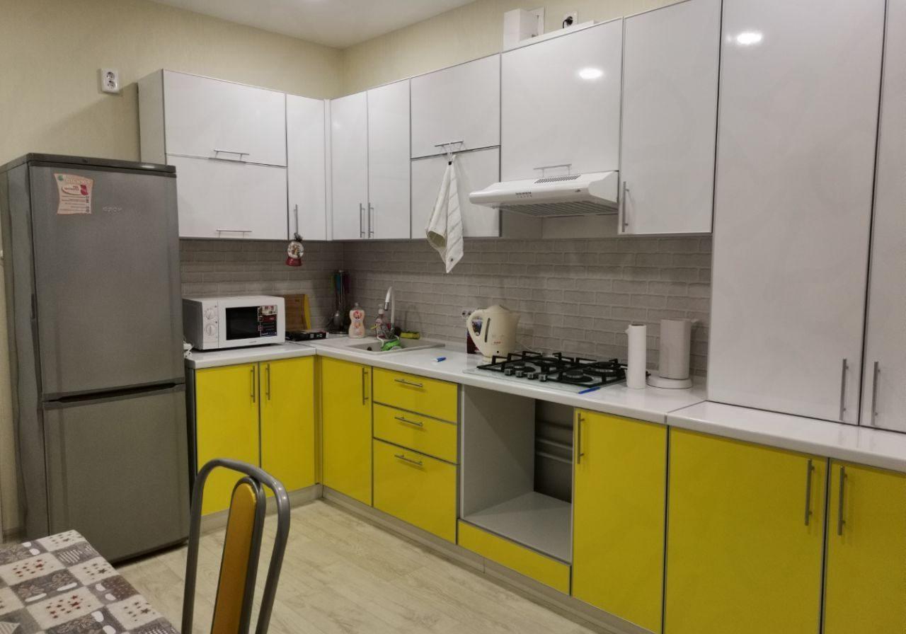 Угловая бело-желтая кухня пластик