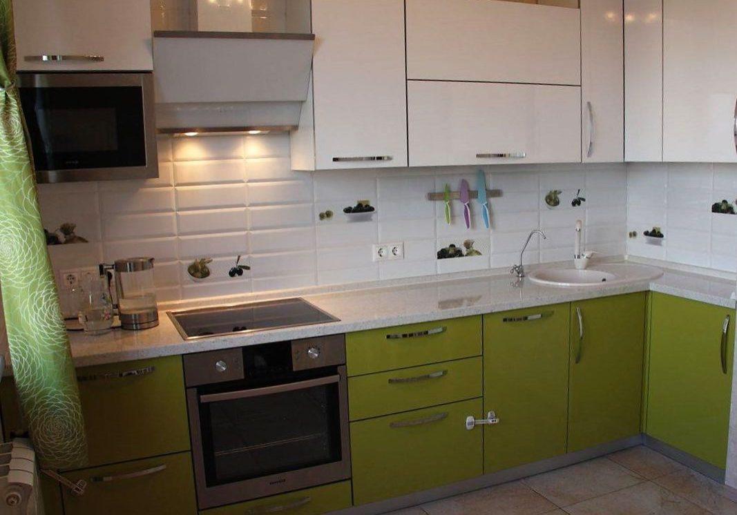 Угловая бежево-зеленая кухня из пластика с белой столешницей