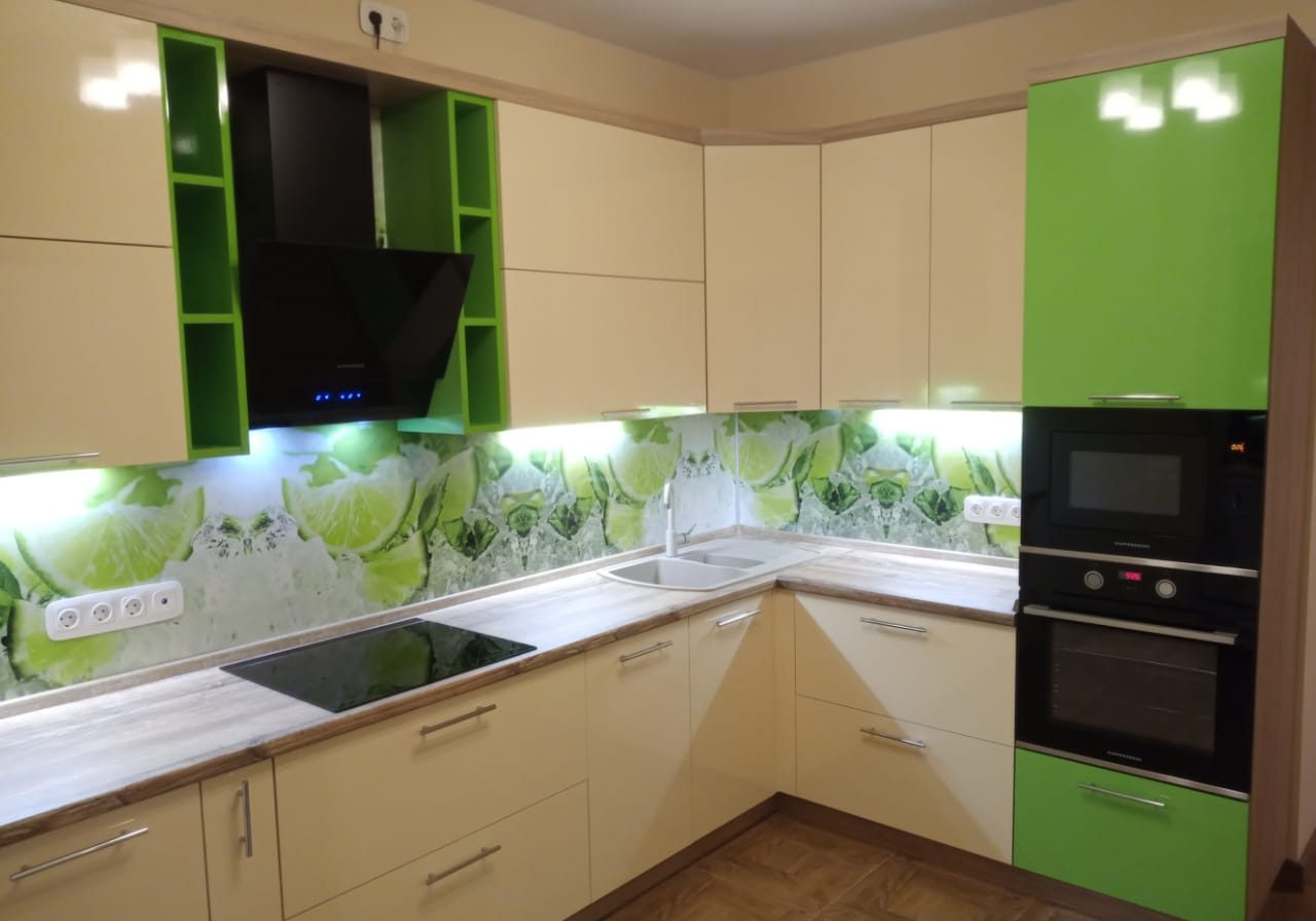 Угловая бежево-зеленая кухня МДФ эмаль