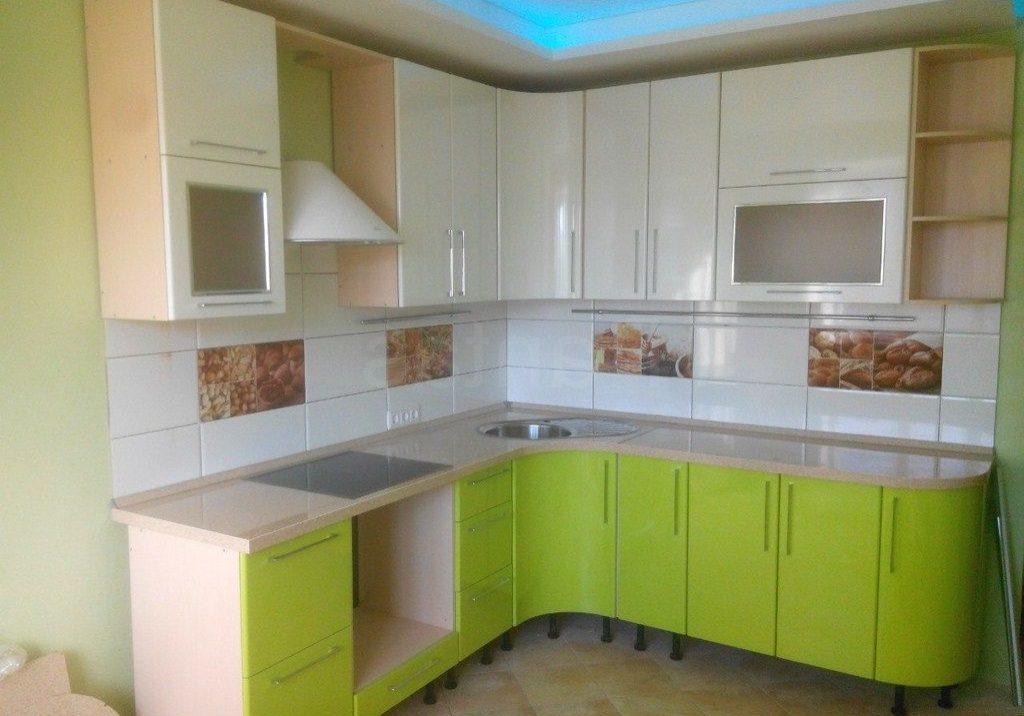 Угловая бежево-зеленая кухня МДФ пленка