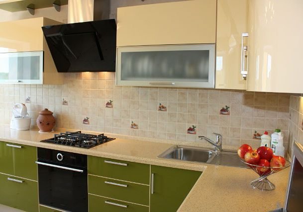 Угловая бежево-зеленая кухня, низ МДФ пластик, верх МДФ эмаль, глянец