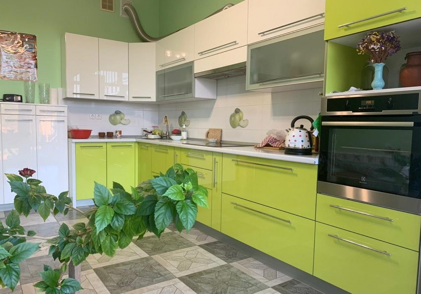Угловая бежево-зеленая кухня с фасадами эмаль глянец