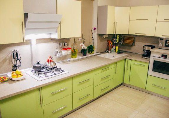 Угловая бежево-зеленая кухня с фасадами МДФ эмаль