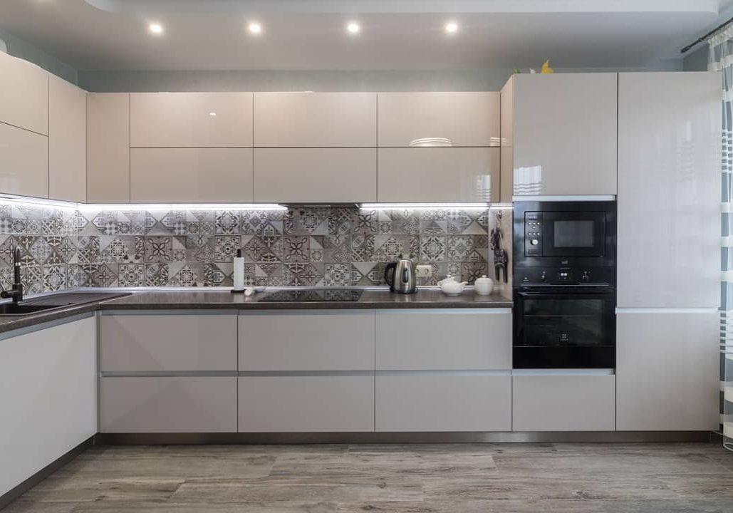 Угловая большая белая глянцевая кухня