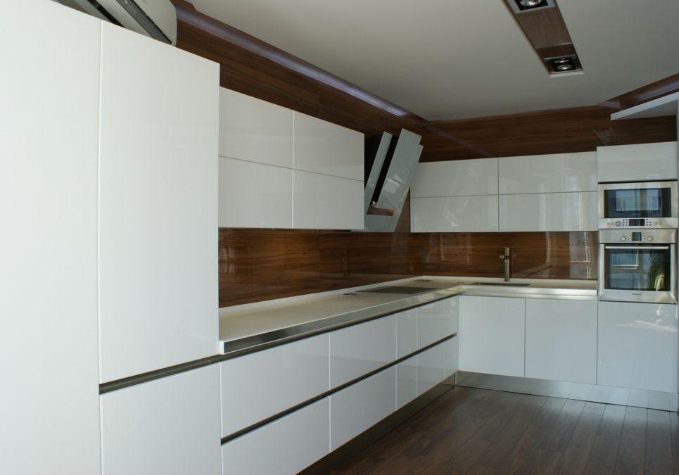 Угловая большая белая кухня с деревом, глянец