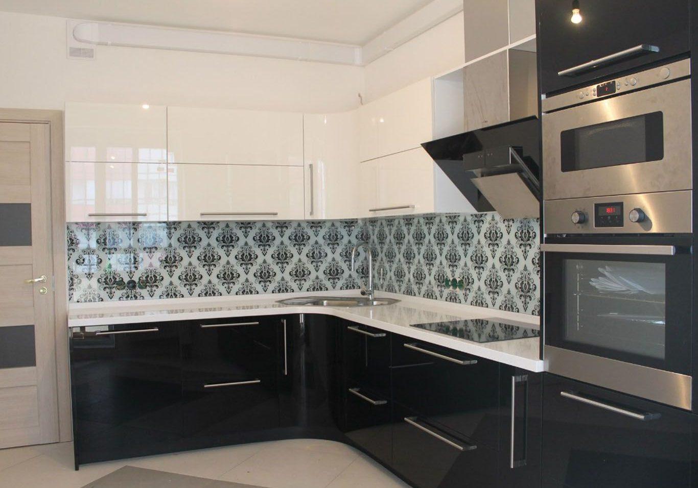 Угловая черно-белая кухня, глянцевая