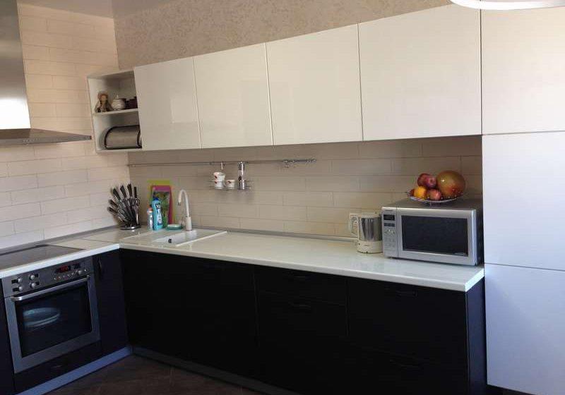 Угловая черно белая кухня, глянцевая