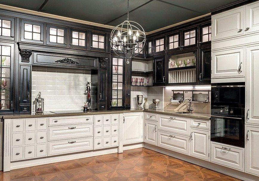 Угловая черно белая кухня классика из дерева