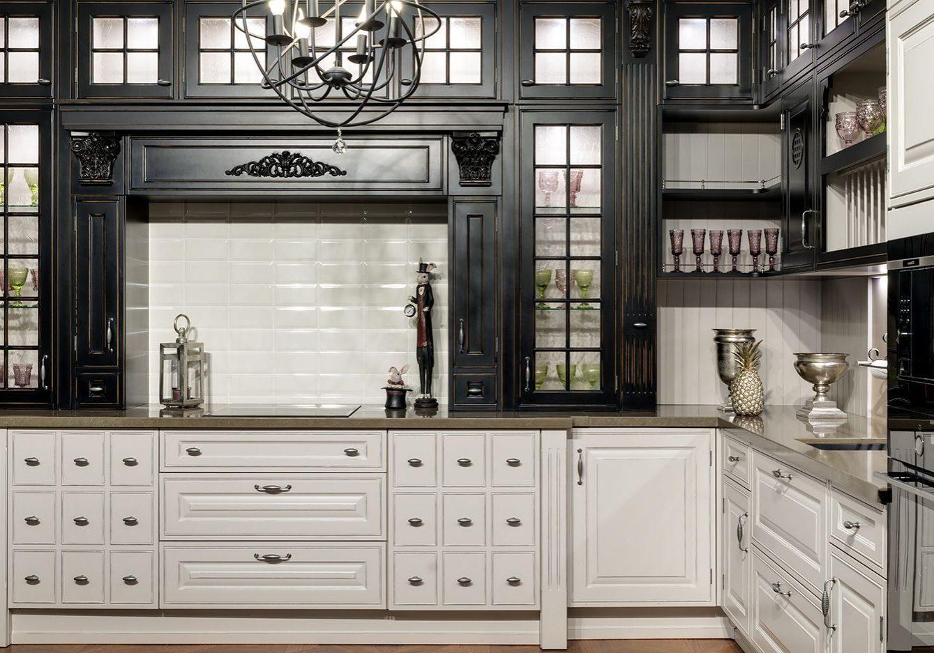 Угловая черно-белая кухня классика, матовая