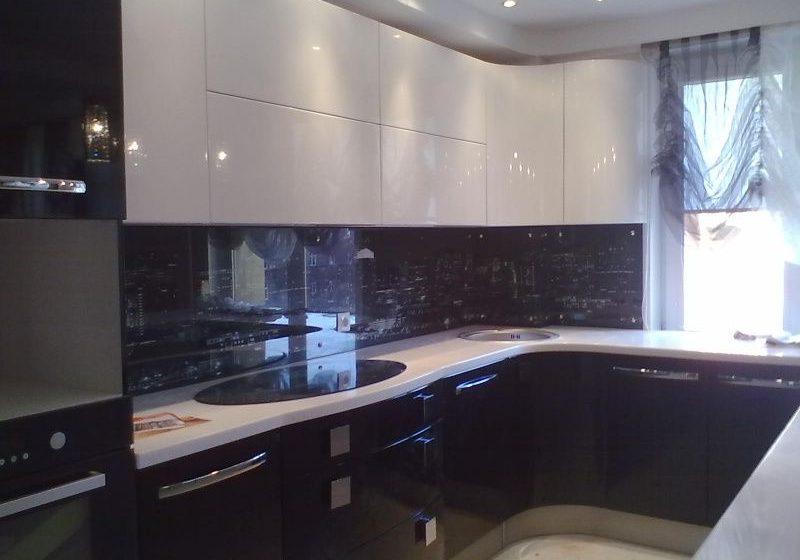 Угловая черно-белая кухня под окно, глянец