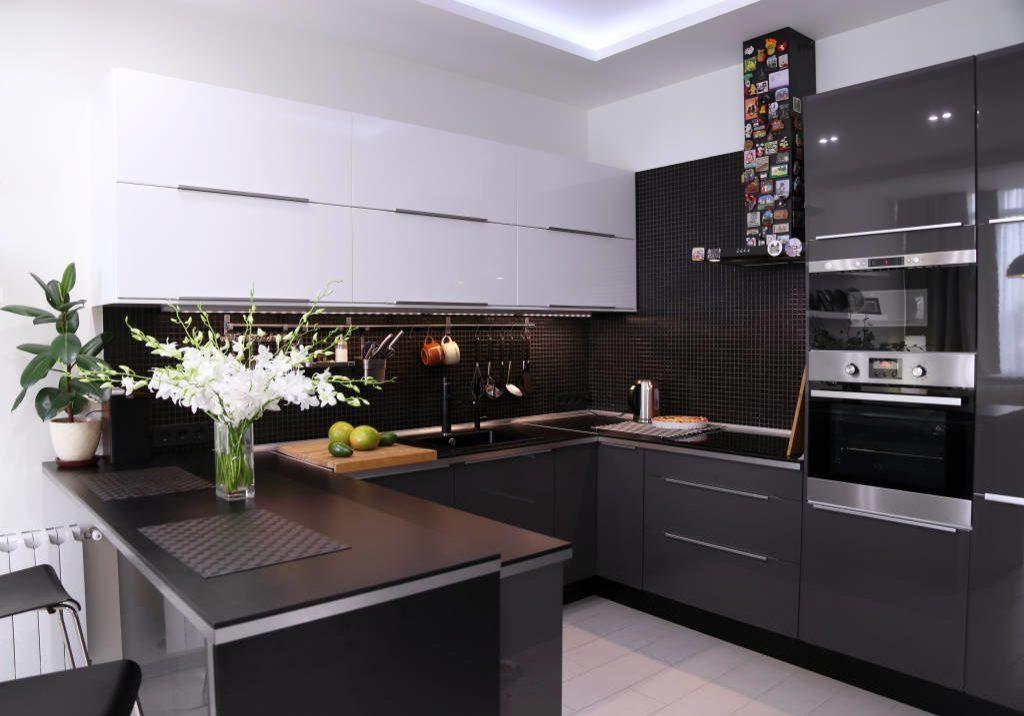 Угловая черно-белая кухня с барной стойкой, островом, глянец темно-серый