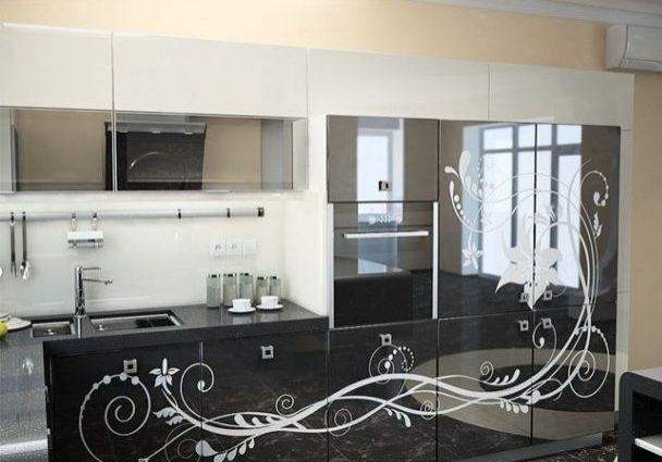 Угловая черно-белая кухня с рисунком, глянец