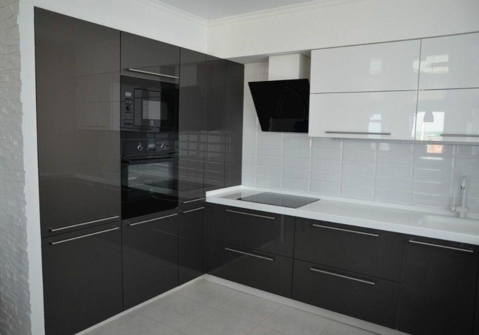 Угловая черно-белая кухня, серый