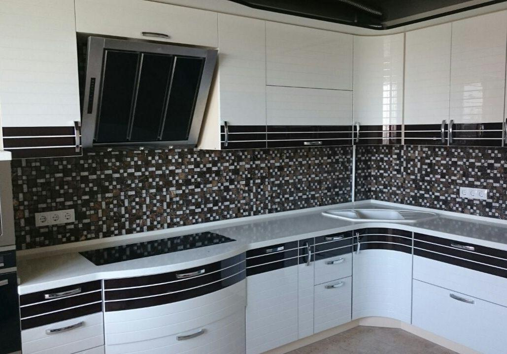 Угловая черно-белая кухня в полоску